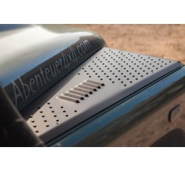 Wing protection plates with integrated air slots for Land Rover Defender